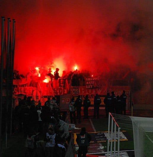 Foto: DerHans04 - Bengalisches Feuer beim Spiel Leverkusen - Köln am 5. Dezember 2010. Diese Datei ist unter der Creative Commons-Lizenz Namensnennung-Weitergabe unter gleichen Bedingungen 3.0 Unported lizenziert.