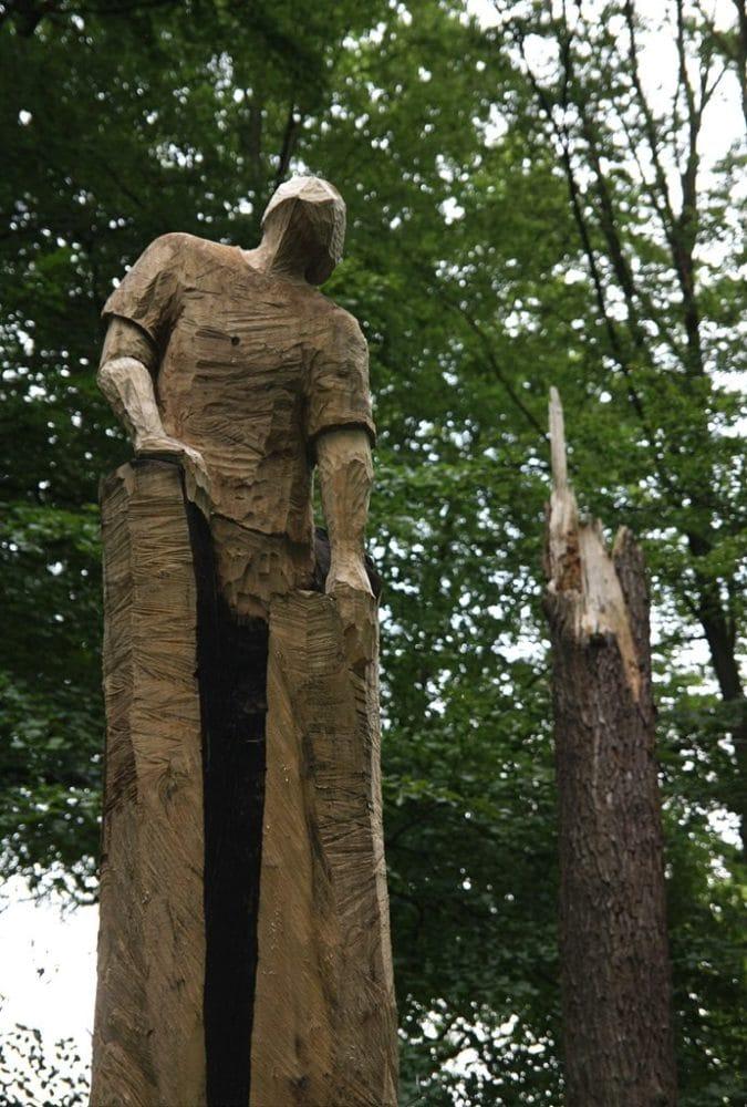 Befreiung – Baumskulptur vom Holzbildhauer Leif-Erik Voss