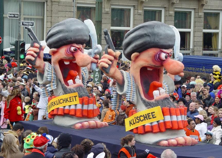 Karnevalswagen zu Klischee und Wirklichkeit von Selbstmordattentätern im Düsseldorfer Rosenmontagszug 2007. Foto und Großplastik von Jacques Tilly.